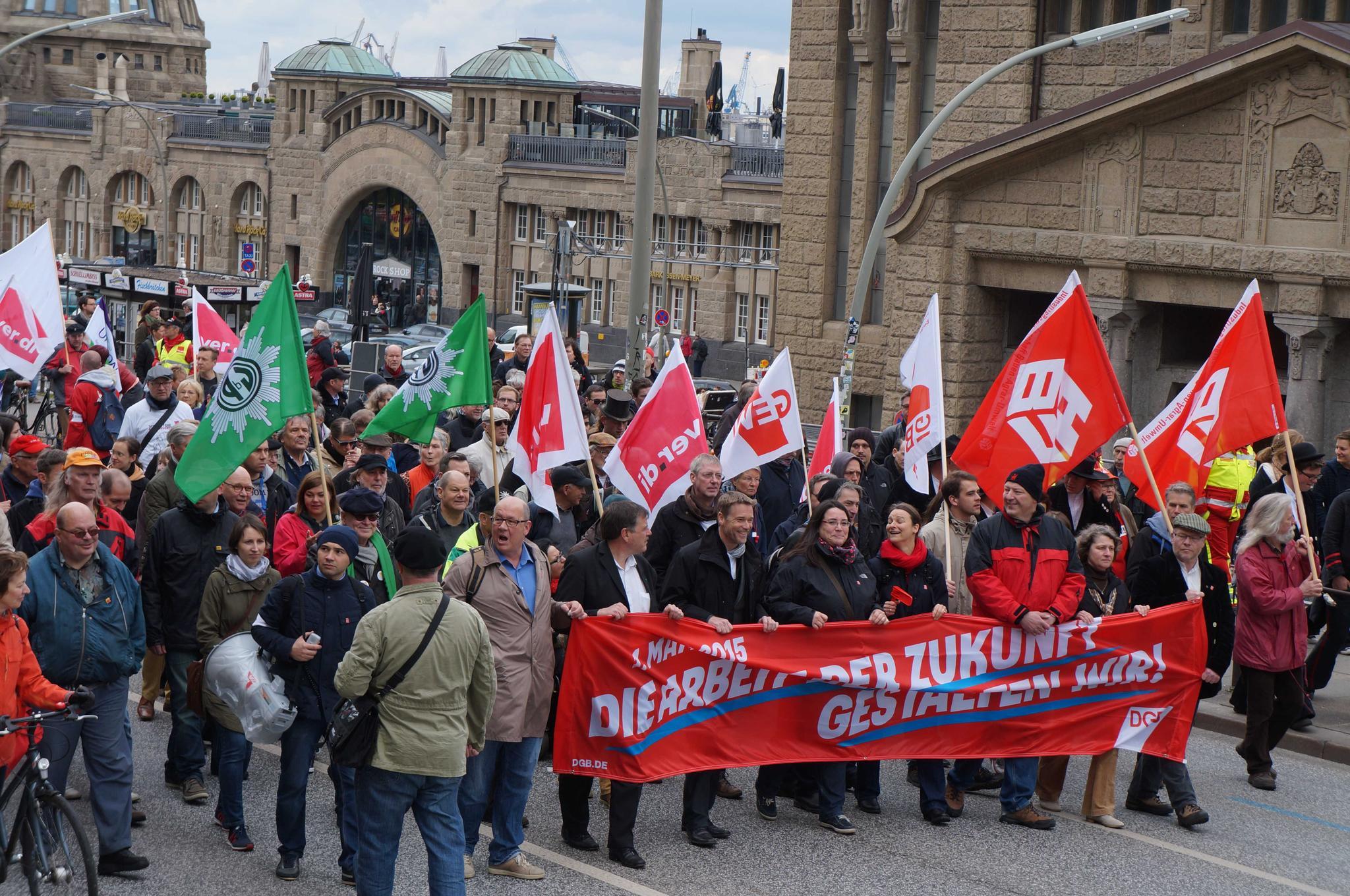 Die 1. Mai-Demo in Hamburg vor den Landungsbrücken