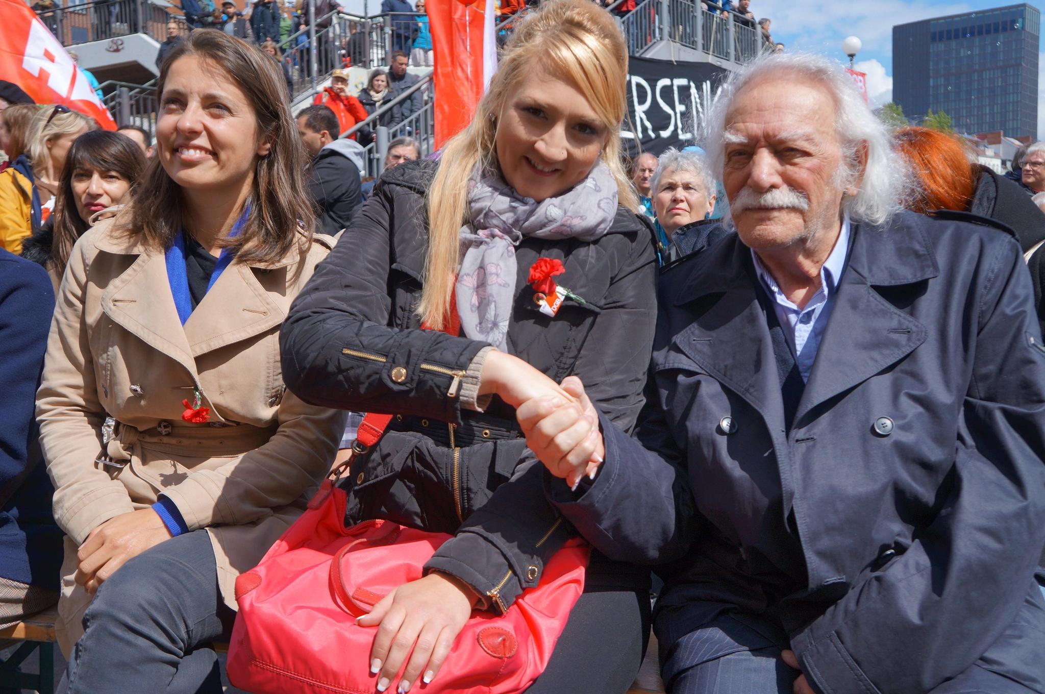 Unsere drei Rednerinnen neben katja Karger (v.l.): Sophie Binet, Stefanie Holtz, Manolis Glezos