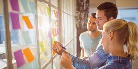 Jugendliche vor Glaswand mit Klebezetteln