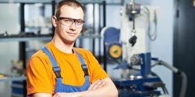 Industriearbeiter vor Maschine