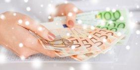 Frauenhände mit Geldscheinen und Glitzer
