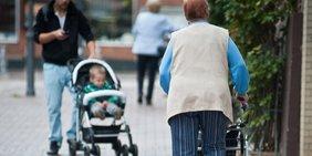 Rentnerin und Mann mit Kinderwagen