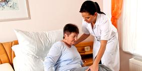Pflegerin mit Patientin