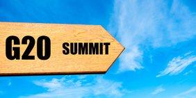 """Wegweiser mit der Aufschrift """"G20 Summit"""" (""""G20-Gipfel"""")"""
