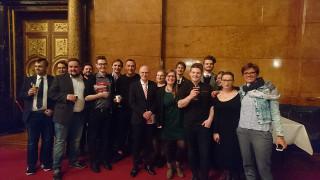 Bürgermeister Peter Tschentscher umringt von Gewerkschafter/-innen