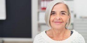 Nahaufnahme lächelnde Frau mit weißen Haaren