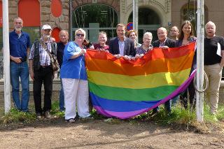 Hissen der Regenbogenfahne vor dem Gewerkschaftshaus