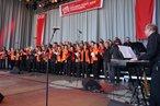 Rund 70 SängerInnen stehen gemeinsam auf der Bühne